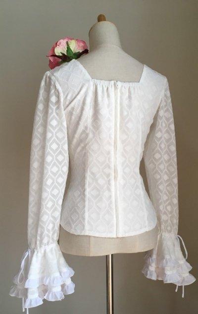 画像1: ¥ご奉仕価格¥《再入荷、即納品》織模様入り生地で作ったふりふりブラウス、ホワイト